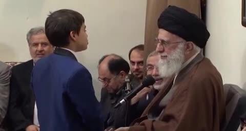 پاسخ رهبرانقلاب به سوال یک نوجوان:  ????آقا! اگر الان امام خمینی زنده بود؛شما از ایشان چه میخواستید؟