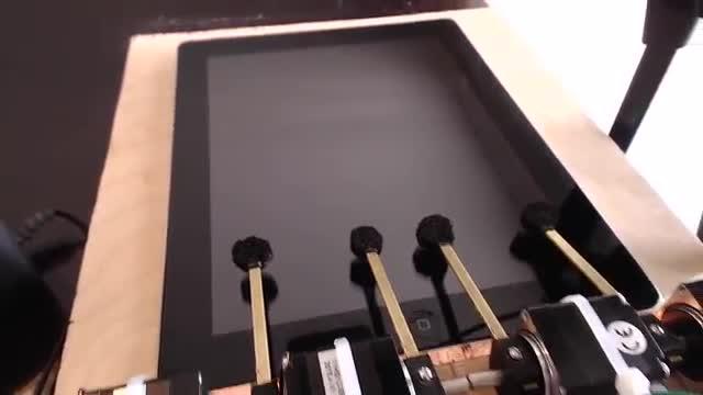 رباتی که پیانو تایلز بازی می کند!