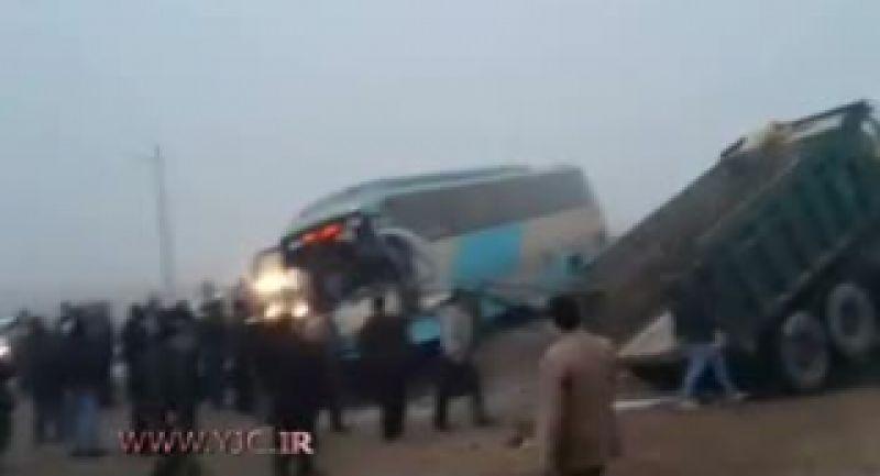 تصادف عجیب و باورنکردنی کامیون با اتوبوس
