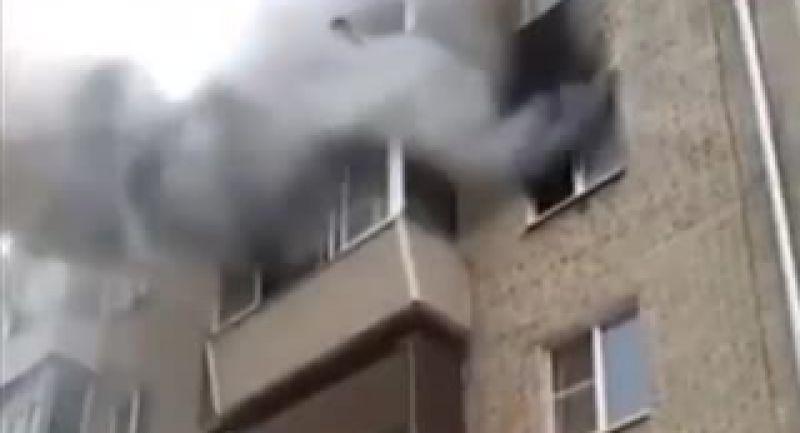 پدر قهرمان وشجاعی که خانه اش آتش گرفت ومجبورشدهمسر وفرزندانش را از طبقه چهارم به پایین انداخت و مردم هم در پایین آنها را میگرفتند!  ببینید بجای فیلم و سلفی گرفتن مردم چیکار میکنن