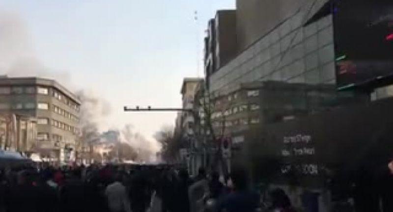 لحظاتى پس از ریختن ساختمان پلاسكو - آتش سوزى تهران