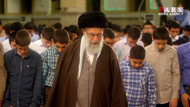 نماز جماعت دانشآموزان به امامت رهبر انقلاب